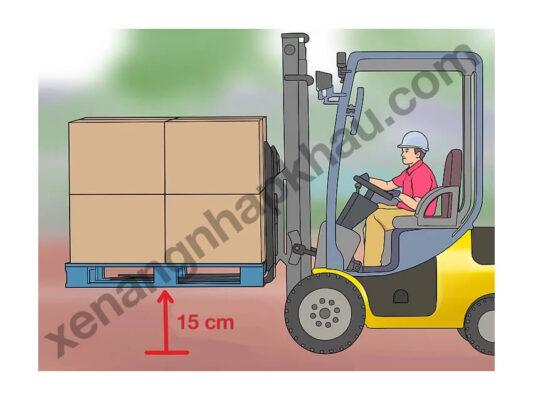 thao tác dỡ hàng bằng xe nâng bước 2